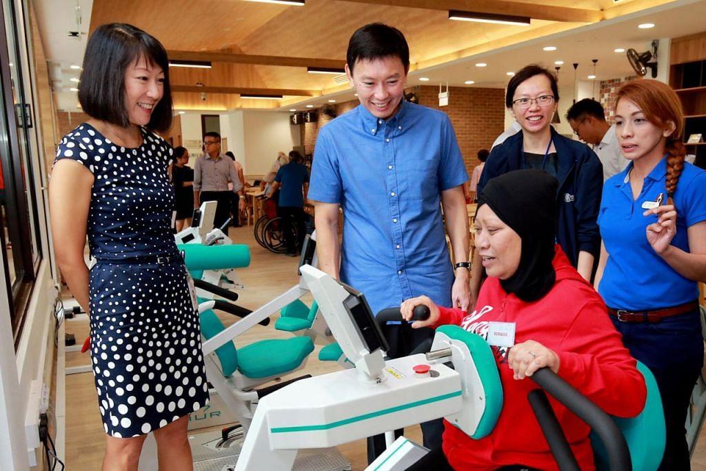 PERTINGKAT PENJAGAAN PALIATIF: Encik Chee Hong Tat (tengah) berinteraksi dengan seorang pesakit di Hospis Assisi, Cik Ruhana Salleh (bertudung), sambil diperhatikan Ketua Pegawai Eksekutif hospis tersebut, Cik Choo Shiu Ling (kiri). – Foto ZAOBAO