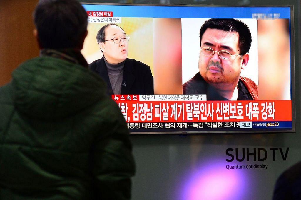 Orang ramai menonton siaran berita televisyen mengenai pembunuhan Encik Kim Jong Nam (kanan) di sebuah stesen kereta api di Seoul pada Selasa (14 Feb).