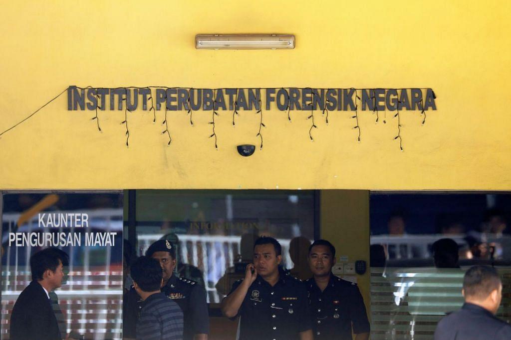 Pegawai polis berdiri di luar Hospital Kuala Lumpur, tempat mayat Encik Kim Jong Nam dibawa bagi bedah siasat, di Putrajaya.