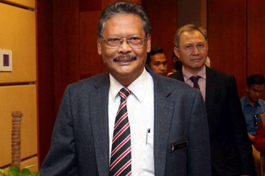 Peguam Negara Tan Sri Mohamed Apandi Ali tiba bagi satu sidang media di Putrajaya.
