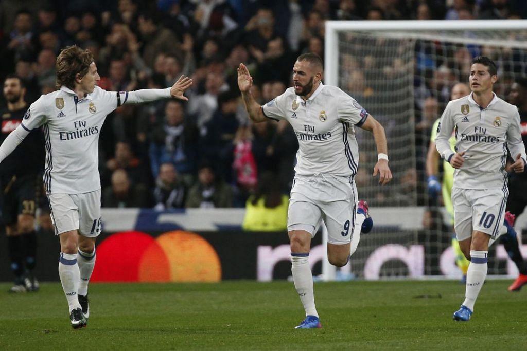 Karim Benzema (tengah) meraikan gol pertama yang dijaringkannya untuk Real Madrid, yang mengalahkan Napoli 3-1 dalam perlawanan peringkat 16 terakhir pertama mereka dalam Liga Juara-Juara di stadium Estadio Santiago Bernabeu pada Rabu (15 Feb).