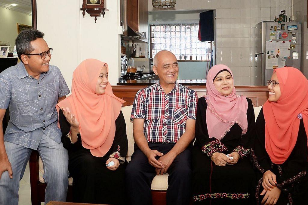 RAIH MANFAAT: (Dari kiri) Encik Ibrahim, Cik Farila, Encik Mohd Amin, Cik Salmah Bee dan Cik Sarah Umairah bergambar di flat empat bilik milik Encik Mohd Amin di Bukit Panjang. - Foto JOHARI RAHMAT