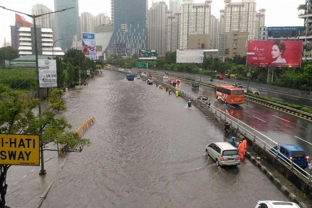 Banjir di lebuh raya Jakarta.