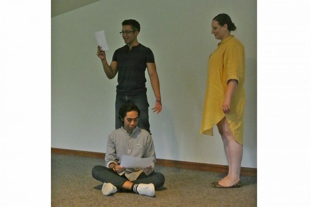 PELAJARI TENTANG 'THE GODLEN RECORD': Anggota kumpulan NUS Stage, Encik Fadhil Daud (berdiri) dan Encik Muhd Nur Aliff Kamaruddin (duduk), menjalani pelbagai sesi perbincangan. Bersama mereka ialah pengarah Edith Podesta (berbaju kuning) bagi memahami lebih lanjut tentang rekod The Golden Record. – Foto-foto NURMAYA ALIAS