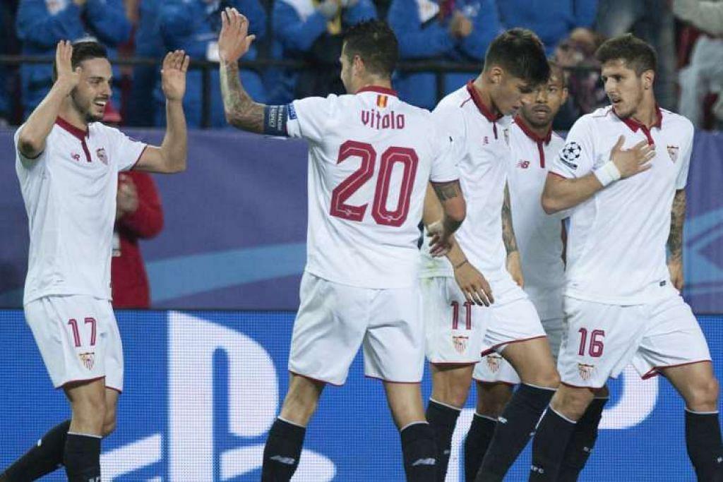Pemain Sevilla Pablo Sarabia (kiri) meraikan gol bersama rakan sepasukan.