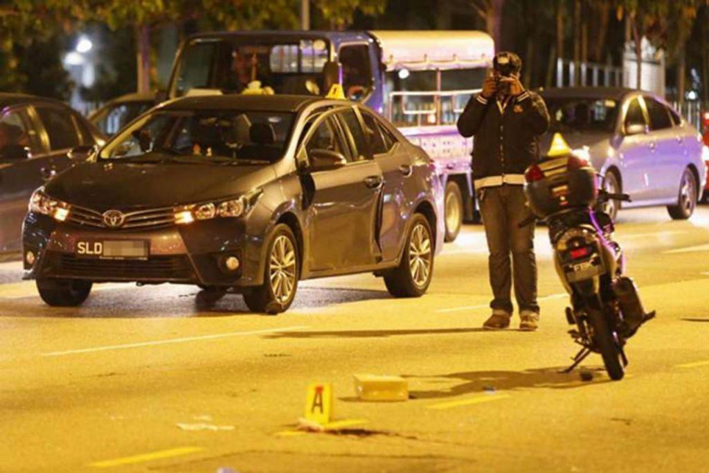 PINTU DIBUKA TIBA-TIBA: Penunggang motosikal merempuh pintu kereta yang tiba-tiba dibuka semasa kereta itu berhenti di lampu isyarat di Ang Mo Kio Avenue 3 kelmarin. - Foto SHIN MIN
