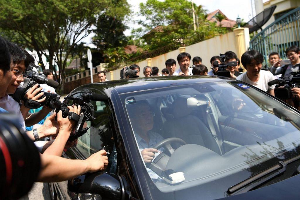 TERUS MENJADI TUMPUAN: Sekumpulan wartawan mengerumuni kereta yang dipandu seorang kakitangan kedutaan Korea Utara di Kuala Lumpur semalam. Korea Utara semalam menyalahkan Malaysia atas kematian Encik Kim Jong-Nam. - Foto AFP