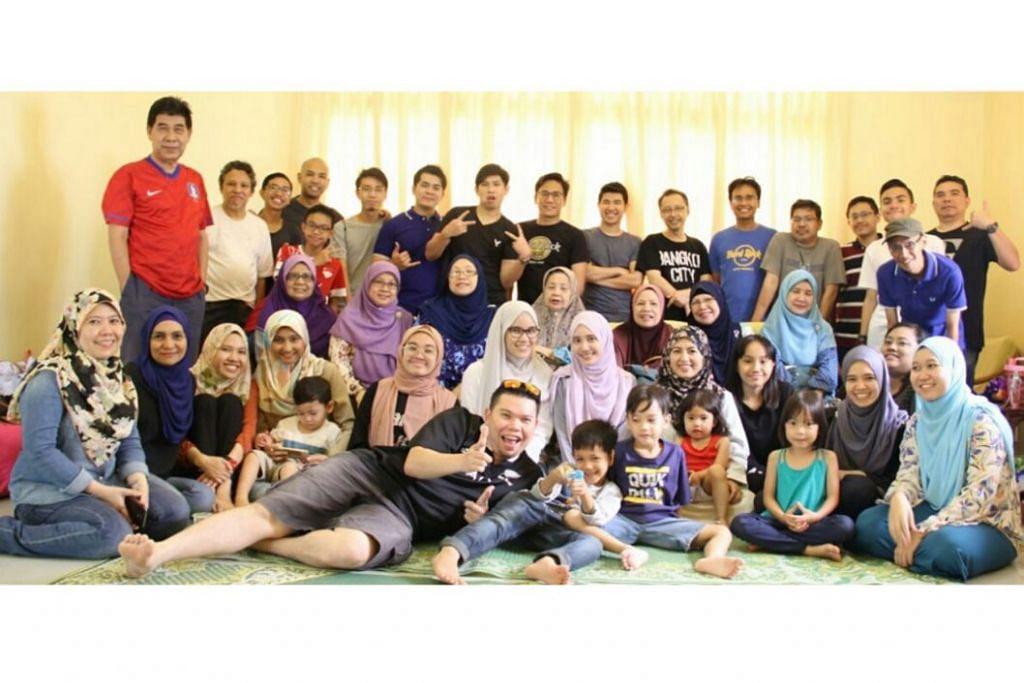 ORANG KUAT PERJUMPAAN KELUARGA BESAR:Antara anggota keluarga yang menyertai pertemuan keluarga besar ini di Tanjong Puteri, Johor. Penasihat majlis perjumpaan keluarga ini ialah Haji Odenan (berdiri dua dari kiri di barisan belakang). - Foto SITI ASHIRAH