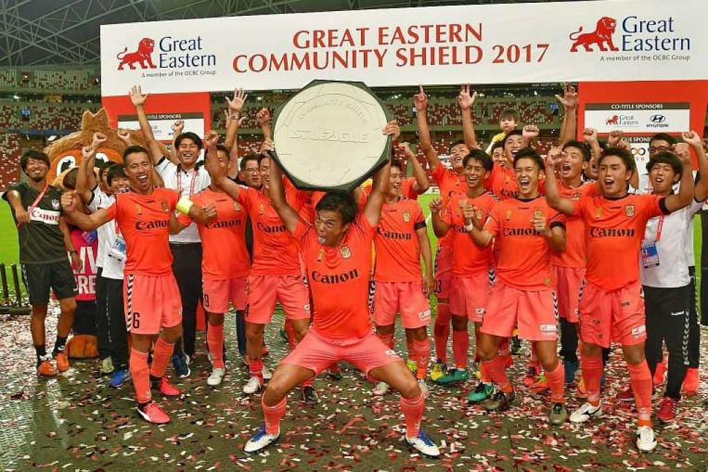Pemain Albirex menyambut kejayaan mereka menggondol satu lagi piala domestik, kali ini Perisai Masyarakat pembuka musim ke-22 Liga-S, pada Ahad (26 Feb).