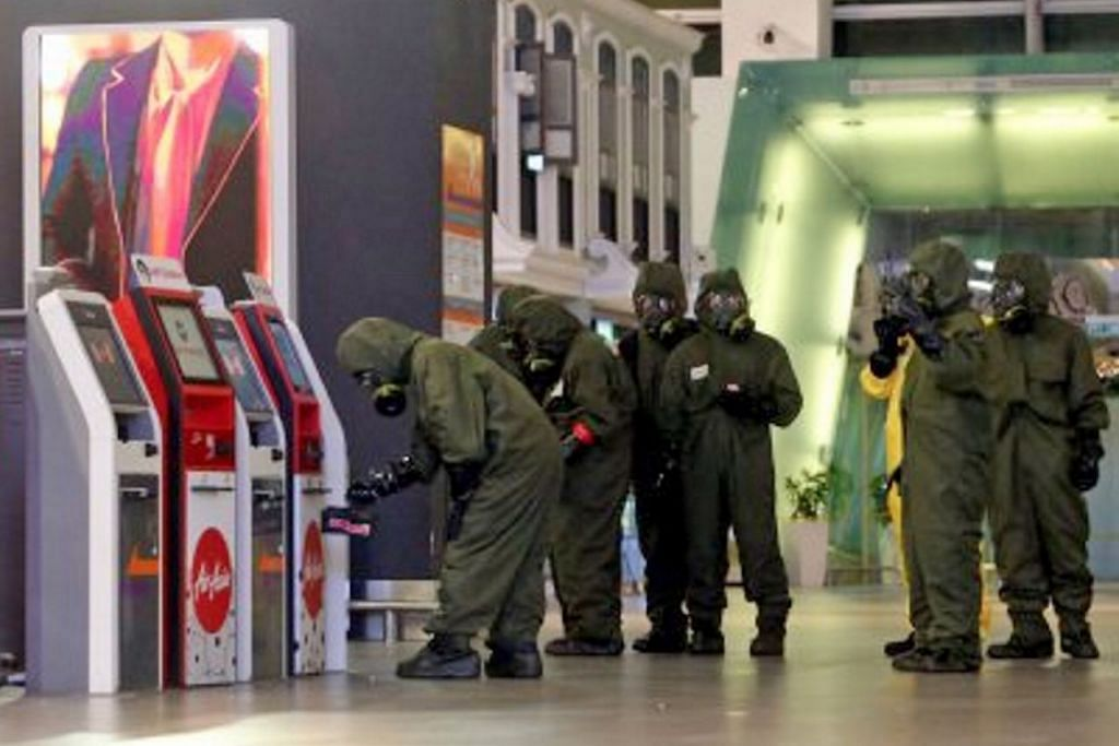 PASTIKAN SELAMAT: Pasukan Unit Bahan Berbahaya (HAZMAT) membuat pemeriksaan di KLIA2 tempat berlakunya pembunuhan abang pemimpin tertinggi Korea Utara, Encik Kim Jong-Nam. - Foto NSTP