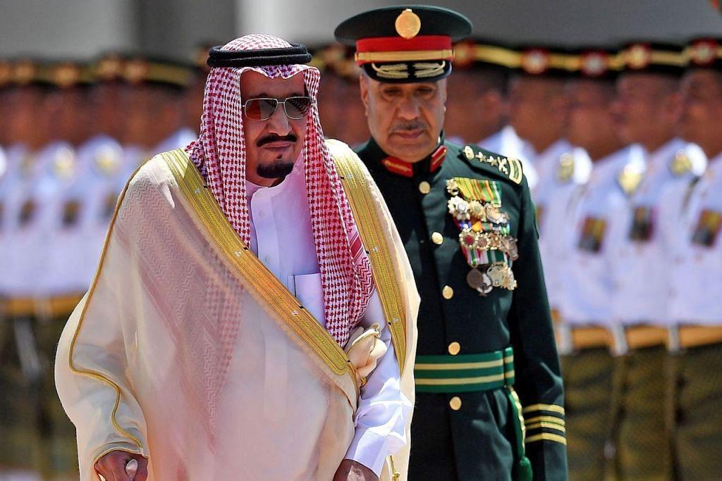 LAWATAN PERERAT HUBUNGAN: Raja Salman Abdulaziz (kiri) memeriksa kawalan kehormatan semasa upacara menyambut ketibaannya di Bangungan Parlimen di Kuala Lumpur semalam. - Foto AFP
