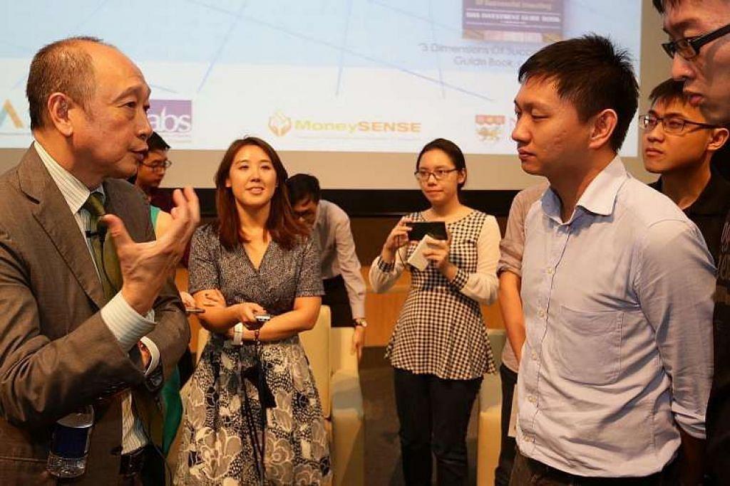 Encik Wee Ee Cheong beramah mesra dengan para pelajar selepas ceramah minggu lalu.