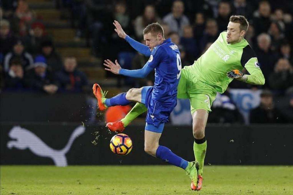 Penjaga gawang Liverpool Simon Mignolet (kanan) bersaing dengan penyerang Leicester City  Jamie Vardy. Leicester menang 3-1.