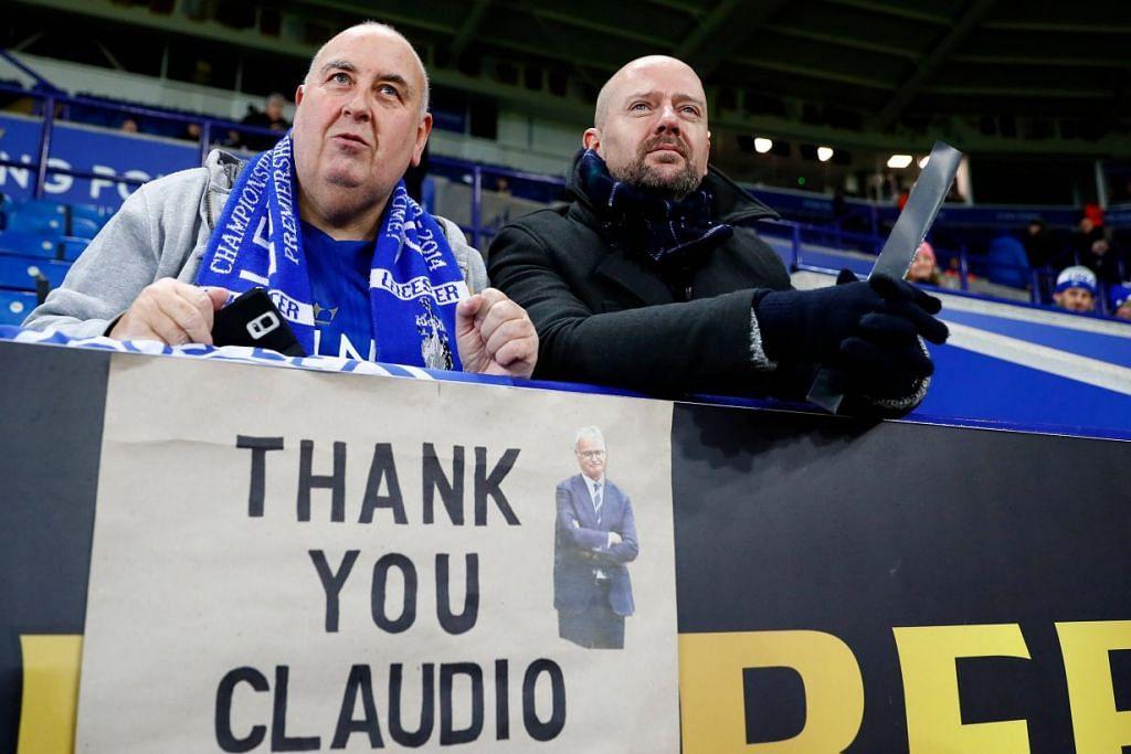 Penyokong Leicester City dengan sepanduk menghargai mantan pengurus kelab Claudio Ranieri.