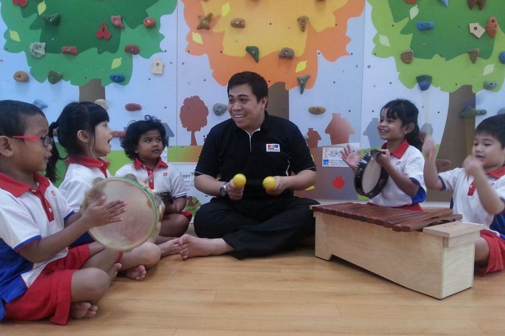 Guru prasekolah Zulqarnain Zainol Rashid berinteraksi bersama muridnya di Sparkletots Preschool @ Bukit Gombak Blok 535 PCF.