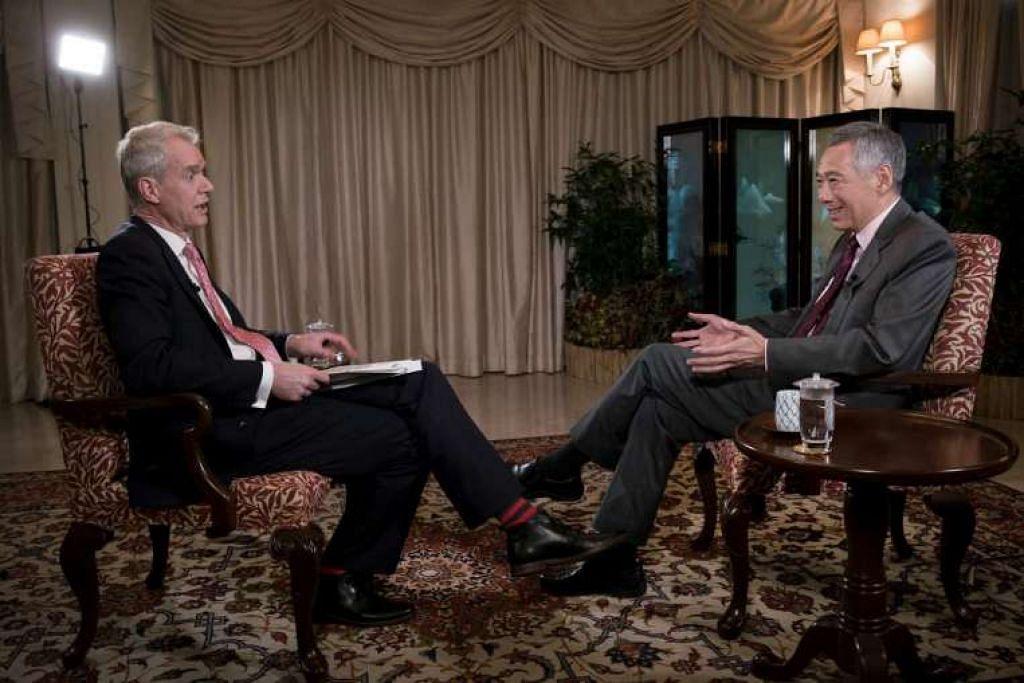 Penyampai program Hardtalk BBC, Encik Stephen Sackur, dan PM Lee Hsien Loong.