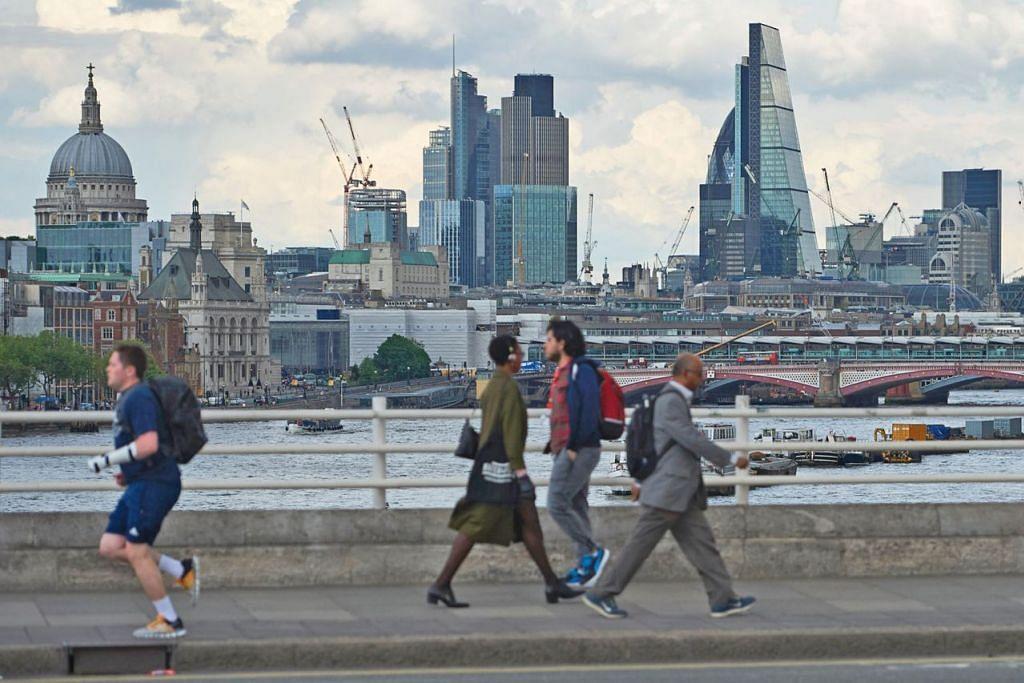 TARIKAN LONDON: Bilangan sangat kaya yang menetap di London dijangka meningkat 30 peratus kepada 6,058 dalam tempoh sedekad akan datang. – Foto AFP