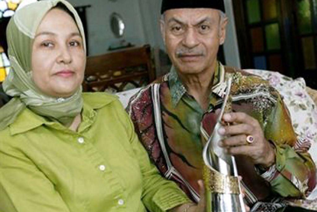 Tan Sri Jins Shamsuddin bersama isteri beliau, Puan Seri Halijah Abdullah.