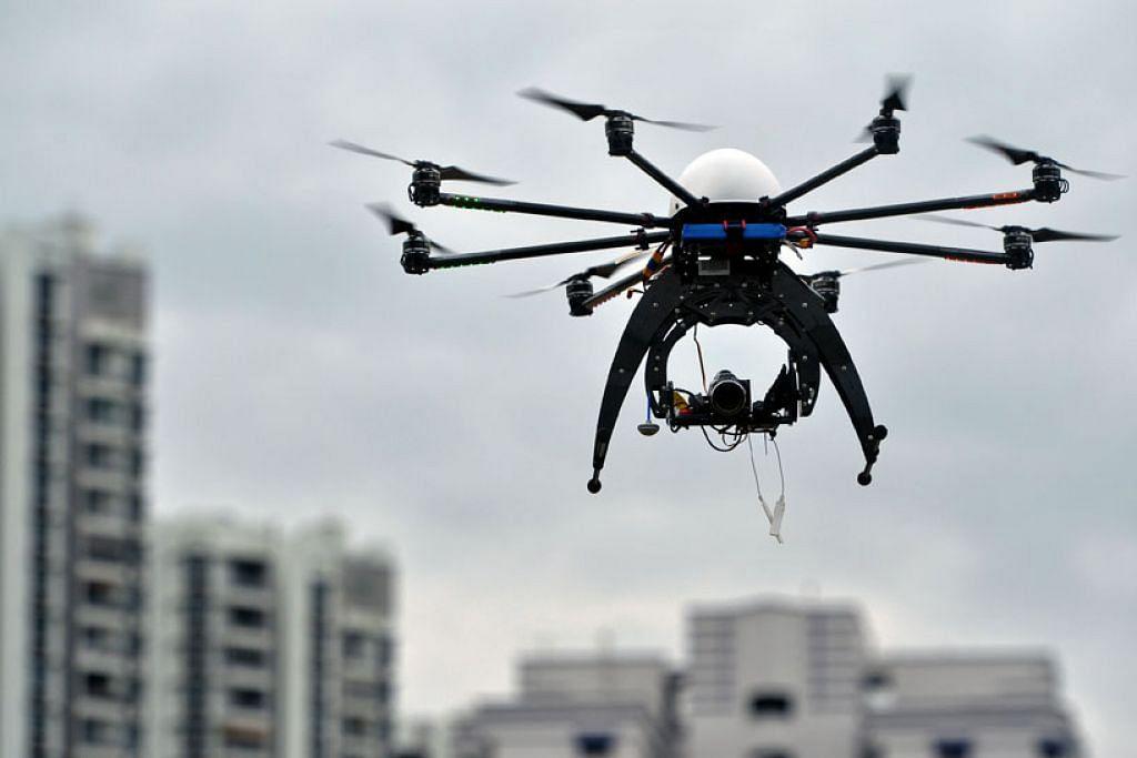 GUNA TEKNOLOGI: Daripada menggunakan tenaga buruh bagi memeriksa terowong kereta api secara manual, LTA sedang mengkaji cara menggunakan dron bagi melakukan tugas itu. - Foto fail