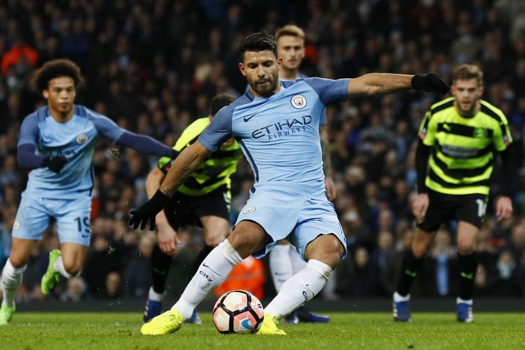Sergio Aguero menyumbatkan gol kedua Manchester City menerusi tendangan penalti.