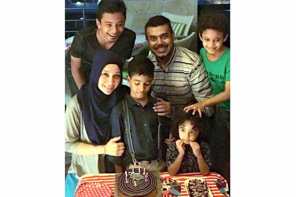 JASANYA MASIH DIKENANG: Allahyarham Gazali Aspar (kedua dari kanan) bersama keluarganya terdiri daripada isteri, Cik Sharifah Alsree (kiri), dan empat anak mereka. - Foto ihsan keluarga SHARIFAH ALSREE