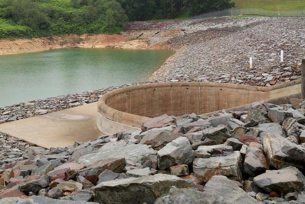 INILAH EMPAT PAIP AIR SINGAPURA: Paip #2 Air yang diimport: Paras air di kolam air Linggiu di Johor semakin tidak menentu. - Foto fail