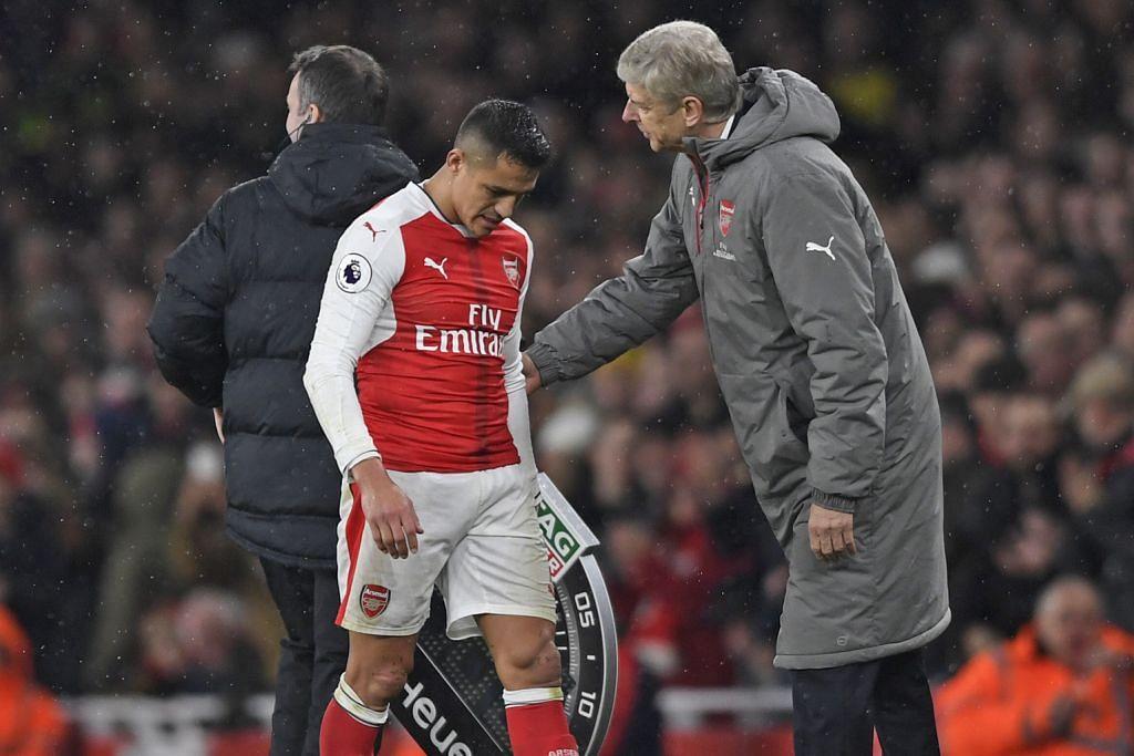 KECEWA SEMASA DIGANTIKAN: Penyerang Arsenal, Alexis Sanchez (kiri), kecewa meninggalkan padang sekalipun mendapat kata-kata semangat daripada pengurus pasukan, Arsene Wenger, dalam satu perlawanan baru-baru ini. – Foto REUTERS