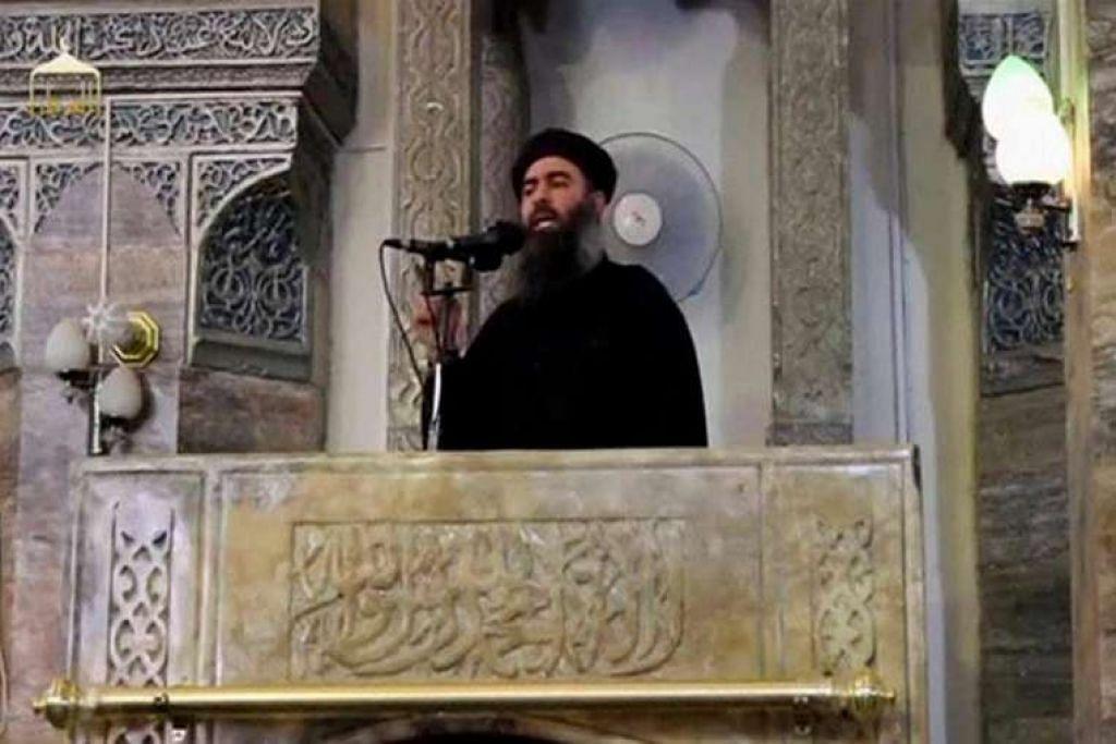 Seorang lelaki yang dipercayai pemimpin kumpulan militan ISIS, Abu Bakr al-Baghdadi, semasa membuat  penampilan awam pertama di sebuah masjid di Mosul, Iraq, menurut rakaman video yang disiarkan di Internet pada Julai 5, 2014.