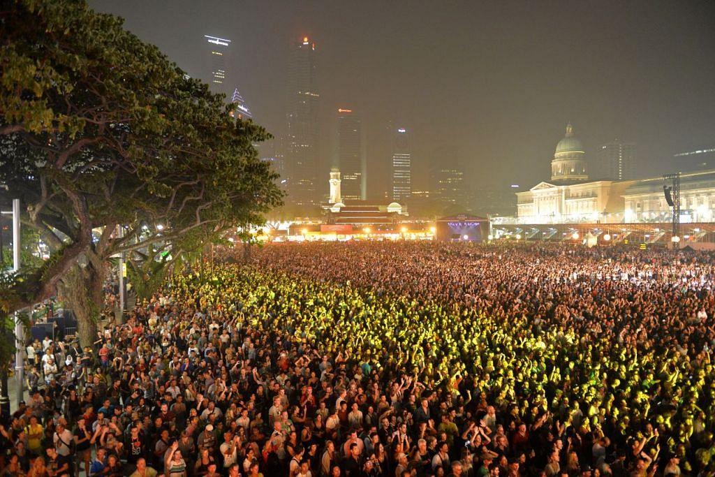 Penonton konsert di Padang pada malam pertama Formula 1 2015.