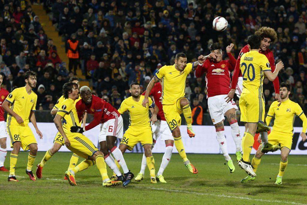 Pemain Manchester United, Marcos Rojo dan Marouane Fellaini, bersaing bersama pemain FC Rostov,  Sardar Azmoun dan Fyodor Kudryashov.