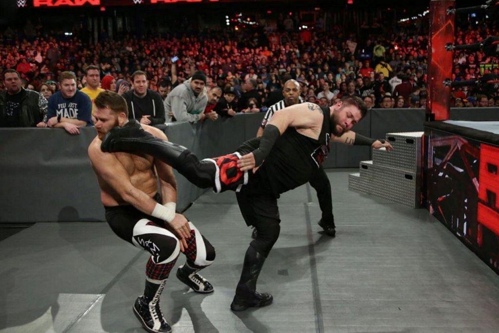 ADUH SAKITNYA!: Peminat sukan hiburan gusti WWE boleh menyaksikan gerakan tendangan sebegini apabila penggustinya ke sini membuat persembahan pada 28 Jun akan datang di Stadium Tertutup Singapura. – Foto WWE