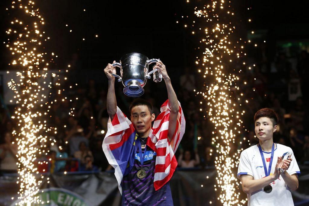 Lee Chong Wei meraikan kemenangannya ke atas Shi Yuqi (kanan) dalam final kejohanan badminton All England di Arena Barclaycard Arena, Birmingham pada Ahad (12 Mac).
