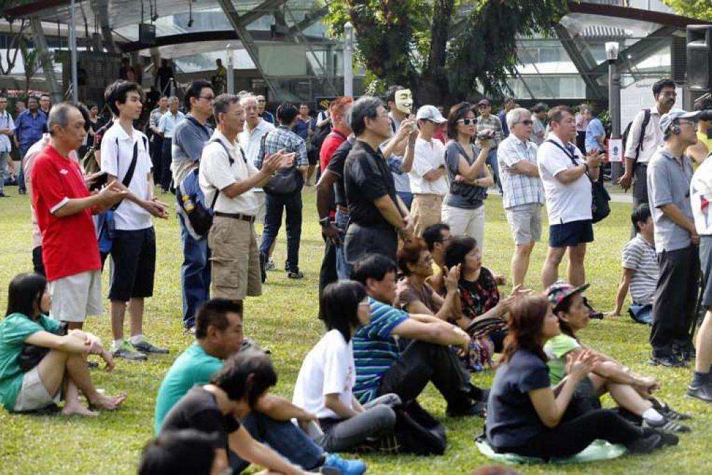 Peserta menghadiri bantahan terhadap isu seperti kemasukan warga asing ke Singapura dan kenaikan tambang pengangkutan awam di Sudut Pidato di Taman Hong Lim pada 2015.