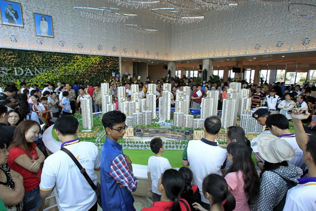 Orang ramai melihat sebuah model Country Garden Danga Bay semasa pelancarannya di Johor Bahru.