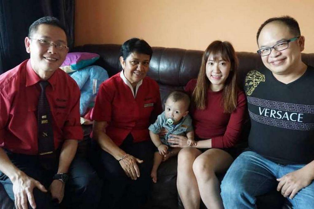 Pengurus stesen William Koh dan penolong pengurus stesen Kuldip Kaur bersama kanak-kanak kecil yang mereka selamatkan dan keluarganya.