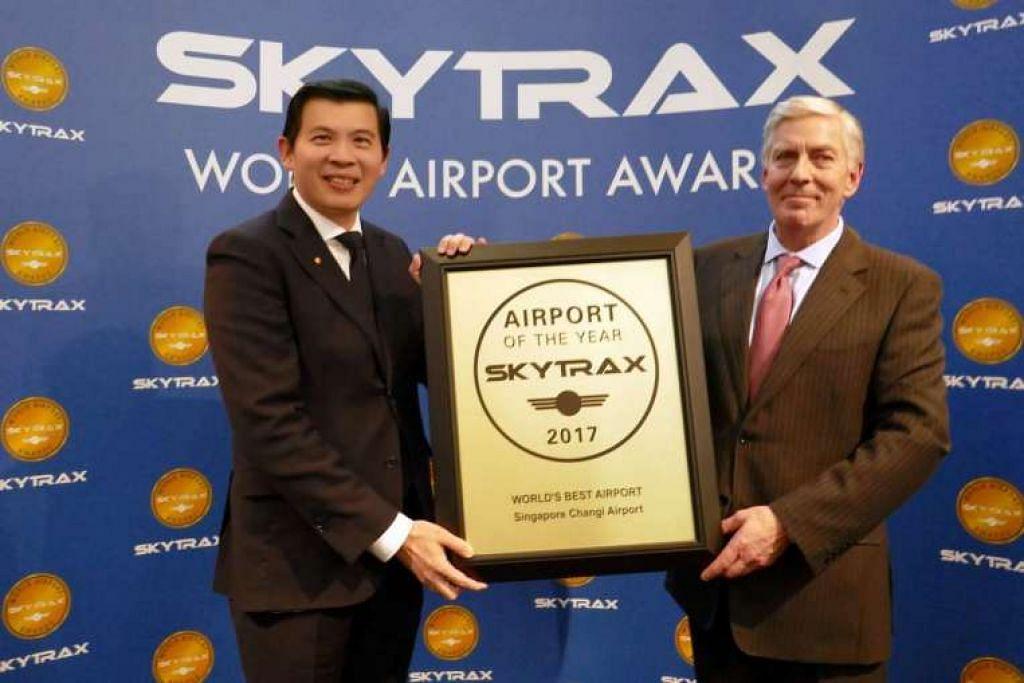 Encik Lee Seow Hiang (kiri), CEO Changi Airport Group, menerima Anugerah Lapangan Terbang Terbaik Dunia Skytrax daripada Encik Edward Plaisted, CEO Skytrax.