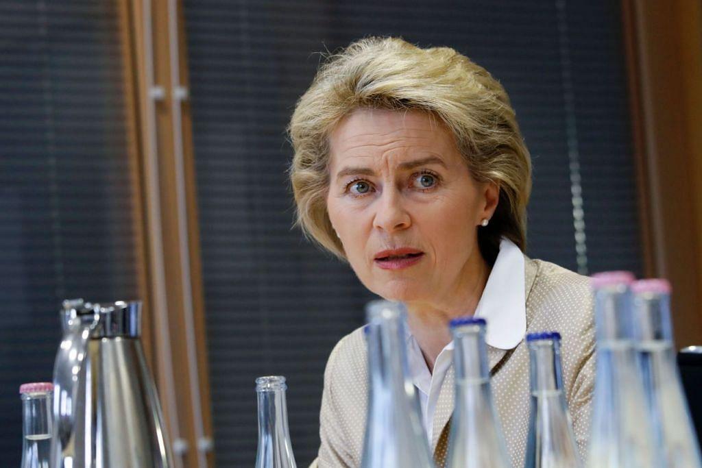 Menteri Pertahanan Jerman, Cik Ursula von der Leyen, bercakap dengan wartawan di pejabatnya di Berlin pada 14 Mac 2017.