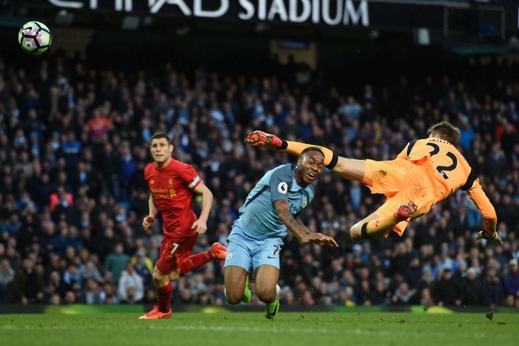 Pemain tengah Manchester City, Raheem Sterling (tengah), bertembung dengan penjaga gol Liverpool, Simon Mignolet, semasa perlawanan EPL di Stadium Etihad pada 19 Mac 2017.