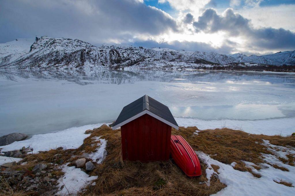 Foto fail yang diambil pada 15 Mac 2016 menunjukkan sebuah kabin memancing swasta di sebuah fiord berhampiran Svolvaer di Norway.