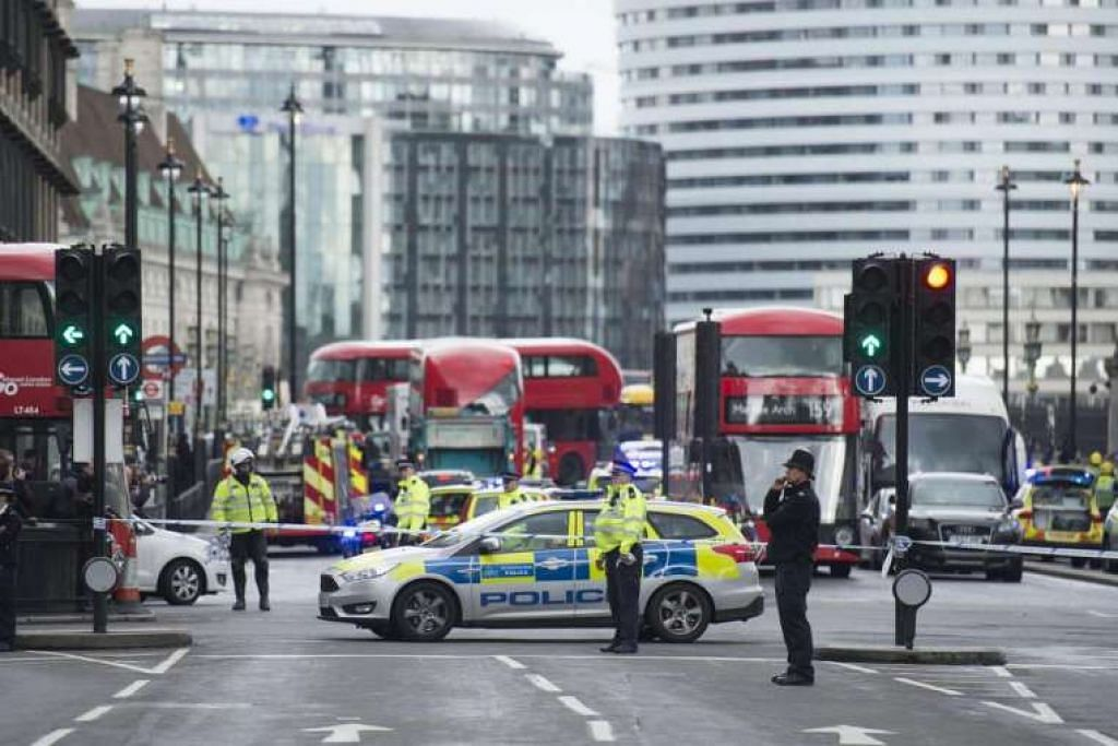 Polis berkawal dekat kawasan Westminster.