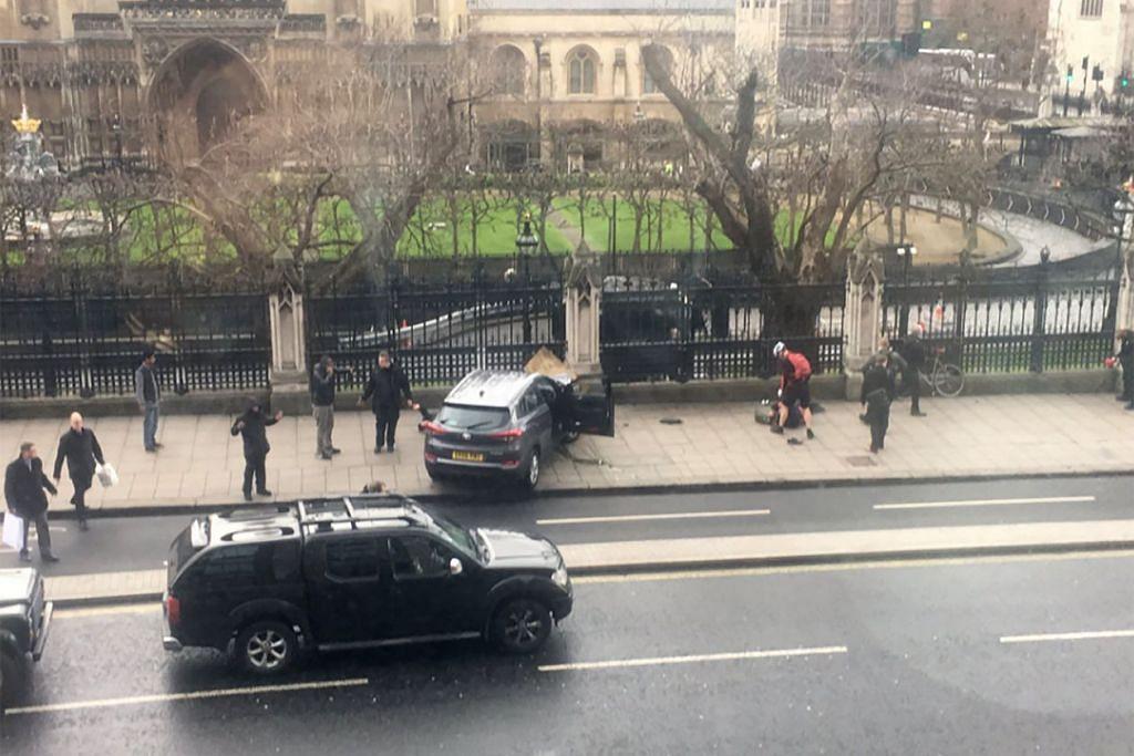 Gambar daripada akaun Twitter di James West menunjukkan sebuah kereta terhenti di kaki lima di hadapan bangunan Westminster yang menempatkan Parlimen di pusat bandar London pada 22 Mac 2017. Lima terbunuh dan 40 cedera dalam kejadian serangan itu.