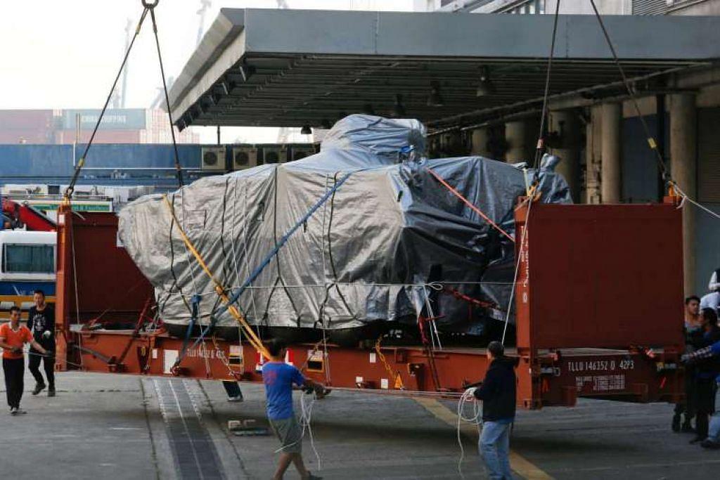 Sebuah kenderaan Terrex berperisai milik Singapura yang dimuat ke sebuah trak di sebuah terminal kargo di Hong Kong pada 26 Jan 2017.