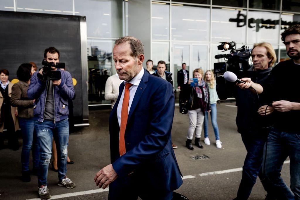 Jurulatih Belanda, Danny Blind, tiba di Lapangan Terbang Schiphol di Amsterdam pada 26 Mac 2017, sehari selepas kekalahan kepada Bulgaria dalam kelayakan Piala Dunia 2018, yang membuat beliau dipecat.