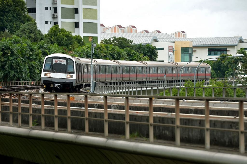 Sebuah kereta api SMRT bergerak di Laluan Utara Selatan antara stesen Bishan dan Ang Mo Kio.