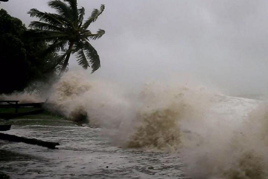 PUKULAN OMBAK: Hempasan ombak dek tiupan puting beliung yang melanda Queensland. - Foto NEWS.COM.AU