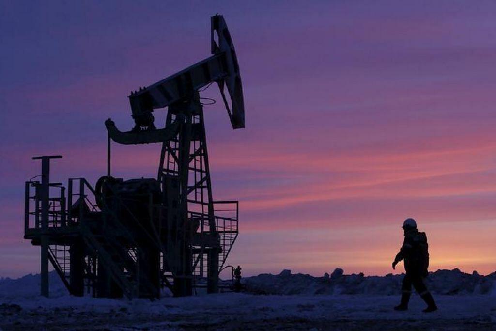 PASARAN MINYAK: Seorang pekerja berjalan melepasi pam penyedut minyak di kawasan minyak yang dimiliki Bashneft di Bashkortostan, Russia pada Januari 2015. - Foto REUTERS