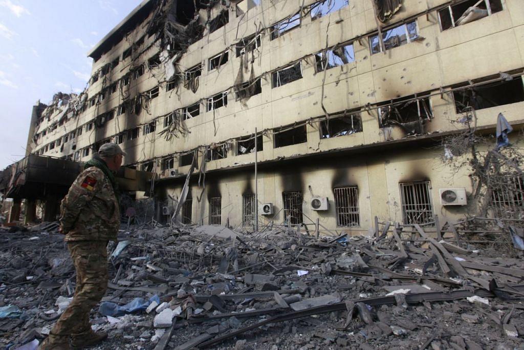 PERANG DI IRAQ:  Seorang anggota tentera Iraq memeriksa kemusnahan sebuah hospital selepas peperangan antara tentera Iraq dan militan Negara Islam di daerah Wahda di timur Mosul, Iraq. - Foto REUTERS