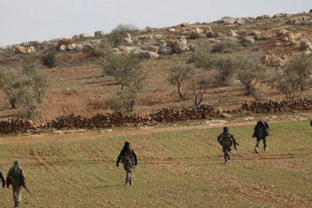 PERANG DI SYRIA: Pasukan penentang bersenjata pro-Turkey telah mengepung bandar Al-Bab dari timur dan utara. - Foto REUTERS
