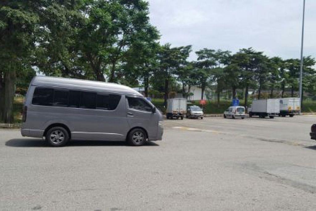 DITERBANGKAN KE CHINA: Van jenazah yang dikatakan membawa mayat mendiang Kim Jong-nam untuk diterbangkan ke China pada 6 petang ini. - Foto: BHM