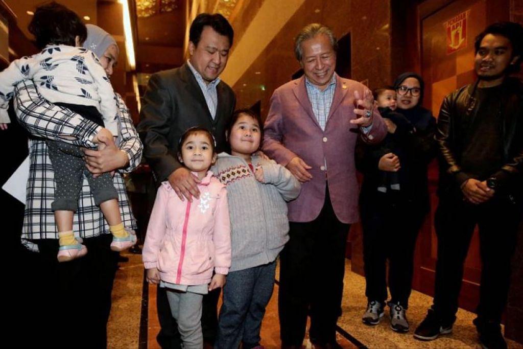 KEMBALI KE TANAHAIR: Ahli keluarga bersama Menteri Ehwal Luar Malaysia, Datuk Seri Anifah Aman, sewaktu ketibaan mereka di KLIA pagi tadi. - Foto NST